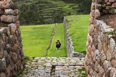 Περουβιανός wonan στις καταστροφές Inca στο χωριό Chinchero, στο Περού στοκ φωτογραφίες