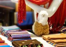 Περουβιανό παραδοσιακό ζωηρόχρωμο εγγενές υφαντικό ύφασμα βιοτεχνίας στην αγορά σε Machu Picchu, μια από τη νέα κατάπληξη επτά στοκ φωτογραφία