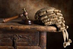 Περούκα και σφυρί δικαστηρίου Στοκ φωτογραφία με δικαίωμα ελεύθερης χρήσης