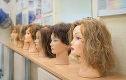 Περούκες στα κεφάλια των μανεκέν ανασκόπησης ομορφιάς μπλε έννοιας εμπορευματοκιβωτίων καλλυντικός βάθους λεπτομέρειας μακρο φυσι στοκ εικόνα με δικαίωμα ελεύθερης χρήσης