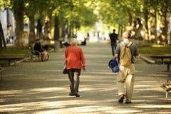 περπάτημα ανθρώπων πάρκων Στοκ εικόνα με δικαίωμα ελεύθερης χρήσης