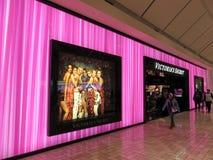 Περπάτημα από το πορφυρό μυστικό κατάστημα Victorias στοκ εικόνα με δικαίωμα ελεύθερης χρήσης