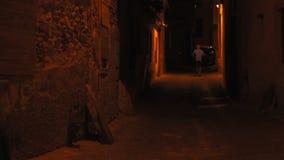 Περπάτημα ατόμων μοναχικών νύχτας απόθεμα βίντεο