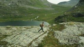 περπάτημα βουνών ατόμων Πυροβολισμός κηφήνων Νορβηγία απόθεμα βίντεο
