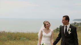 Περπάτημα γαμήλιων ζευγών απόθεμα βίντεο