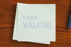 Περπάτημα γιόγκας που γράφεται σε μια σημείωση στοκ φωτογραφίες
