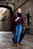 Περπάτημα γυναικών που φαίνεται περίεργο στην πόλη στοκ εικόνες