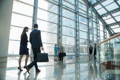 περπάτημα επιχειρηματιών στοκ φωτογραφία