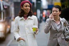 Περπάτημα επιχειρησιακών γυναικών Στοκ Εικόνες