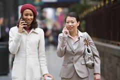 Περπάτημα επιχειρησιακών γυναικών Στοκ φωτογραφίες με δικαίωμα ελεύθερης χρήσης