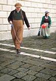 Περπάτημα ζεύγους κλόουν Στοκ φωτογραφία με δικαίωμα ελεύθερης χρήσης