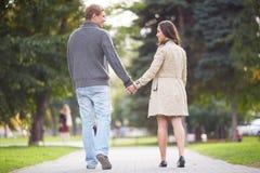 Περπάτημα ζεύγους Στοκ Φωτογραφίες