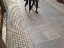Περπάτημα κάτω από την οδό Στοκ Φωτογραφία