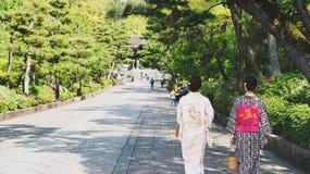 Περπάτημα κάτω από την πορεία στοκ φωτογραφία