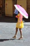 Περπάτημα κάτω από τον ήλιο στοκ εικόνα με δικαίωμα ελεύθερης χρήσης