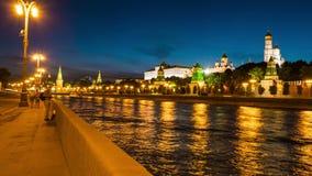 Περπάτημα κάτω από το ανάχωμα πόλεων της Μόσχας απόθεμα βίντεο