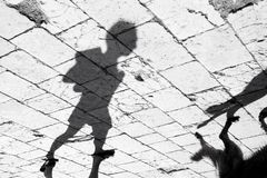 Περπάτημα και ανάγνωση Στοκ Φωτογραφίες