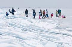 Περπάτημα και πάγος ανθρώπων που κάνουν πατινάζ στην παγωμένη λίμνη Balaton Στοκ Εικόνες