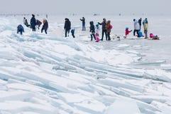 Περπάτημα και πάγος ανθρώπων που κάνουν πατινάζ στην παγωμένη λίμνη Balaton Στοκ φωτογραφία με δικαίωμα ελεύθερης χρήσης
