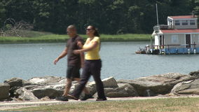 Περπάτημα κατά μήκος του νερού απόθεμα βίντεο