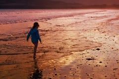 περπάτημα κοριτσιών παραλ&io Στοκ Εικόνα
