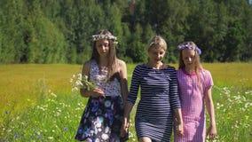 περπάτημα κοριτσιών πεδίων φιλμ μικρού μήκους