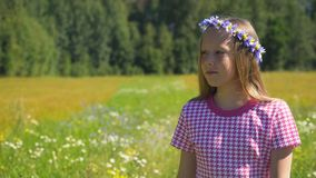 περπάτημα κοριτσιών πεδίων Στοκ Φωτογραφία