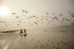 Περπάτημα κοριτσιών, που απολαμβάνει το χρόνο μαζί στην παραλία Στοκ φωτογραφία με δικαίωμα ελεύθερης χρήσης