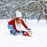 περπάτημα κοριτσιών σκυλ&io Στοκ φωτογραφία με δικαίωμα ελεύθερης χρήσης
