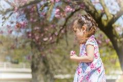 Περπάτημα κοριτσιών Στοκ Εικόνες