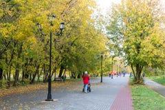 Περπάτημα μέσω της πόλης φθινοπώρου Στοκ φωτογραφία με δικαίωμα ελεύθερης χρήσης