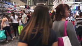 Περπάτημα μέσω της ριζικής αγοράς απόθεμα βίντεο