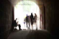 Περπάτημα μέσω της χρονικής σήραγγας Στοκ φωτογραφία με δικαίωμα ελεύθερης χρήσης