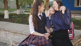 Περπάτημα μετά από το σχολείο με το mom μου Μητέρα με τις κόρες που μιλούν κοντά στο σχολείο μετά από τις κατηγορίες απόθεμα βίντεο
