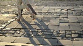 Περπάτημα με τα υψηλά τακούνια φιλμ μικρού μήκους