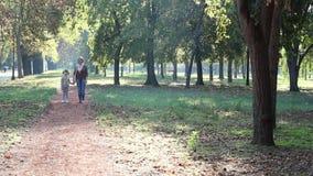 Περπάτημα μητέρων και κορών φιλμ μικρού μήκους