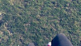Περπάτημα νεαρών άνδρων φιλμ μικρού μήκους