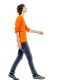 Περπάτημα νεαρών άνδρων που ανατρέχει πλάγια όψη στοκ φωτογραφία με δικαίωμα ελεύθερης χρήσης