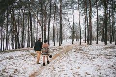 περπάτημα νεόνυμφων νυφών Στοκ φωτογραφία με δικαίωμα ελεύθερης χρήσης