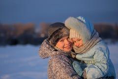 περπάτημα πάρκων μητέρων κορώ&n στοκ φωτογραφία με δικαίωμα ελεύθερης χρήσης
