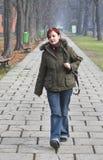 περπάτημα πάρκων φθινοπώρο&upsil Στοκ φωτογραφία με δικαίωμα ελεύθερης χρήσης