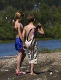 περπάτημα ποταμών παιδιών στοκ φωτογραφίες
