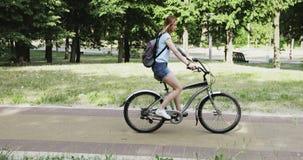 Περπάτημα σε ένα ποδήλατο το καλοκαίρι απόθεμα βίντεο