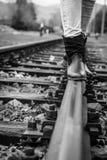 Περπάτημα σε μια διαδρομή τραίνων Στοκ Εικόνες