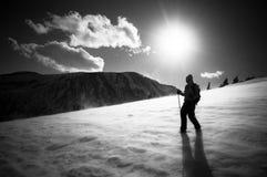 Περπάτημα σε μια μεταδιδόμενη μέσω του ανέμου κορυφογραμμή Στοκ Φωτογραφία