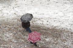 Περπάτημα σε χιονοπτώσεις Στοκ εικόνες με δικαίωμα ελεύθερης χρήσης