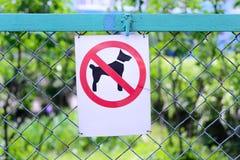 Περπάτημα σημαδιών των σκυλιών που απαγορεύονται στο υπόβαθρο του φράκτη Στοκ φωτογραφία με δικαίωμα ελεύθερης χρήσης