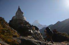 Περπάτημα στα Ιμαλάια στοκ φωτογραφία με δικαίωμα ελεύθερης χρήσης