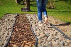 Περπάτημα στα χαλίκια Στοκ Εικόνες