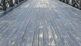 Περπάτημα στην ευρεία ξύλινη γέφυρα απόθεμα βίντεο